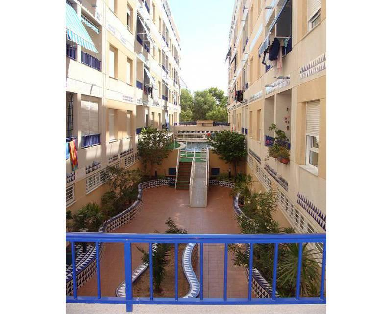 Beautiful 2 bedroom apartment with communal pool, walking distance
